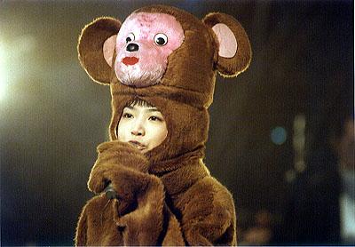 サルの着ぐるみを着たYUKI