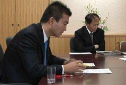政治主導の下、会議で官僚と向き合う津村政務官