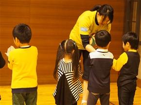 photo 多治見コーチから指導を受ける幼稚園児たち アシックス賞に沸き上がる優勝チーム &am